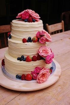 Beautifull cake with forest berries and rozes. Berries, Cake, Desserts, Food, Tailgate Desserts, Deserts, Kuchen, Essen, Bury