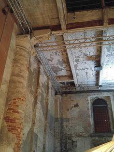 Non riusciamo a staccare gli occhi dai soffitti dell'Arsenale... Archeologia industriale è forse riduttivo, per descrivere questo luogo magico.  #biennaleArchitettura2016