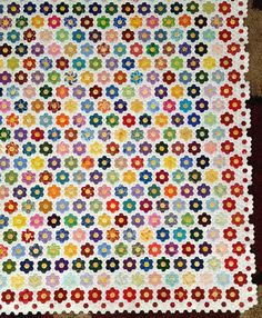 Hexagons with English paper piecing (EPP) Quilting Tutorials, Quilting Projects, Sewing Projects, Paper Piecing Patterns, Quilt Patterns, Hexagon Quilt Pattern, Hexagon Quilting, Crumb Quilt, Colorful Quilts