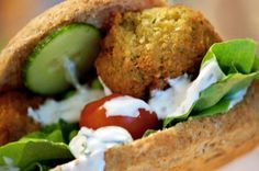 Nemme sprøde og velsmagende falafler er så lækre og en skøn vegetarret til fx pitabrød og durumruller - få en skøn falafel opskrift her Scandinavian Food, Greens Recipe, Vegan Dinners, Real Food Recipes, Veggie Recipes, Vegetarian Recipes, Dessert Recipes, Yummy Food, Snack Recipes