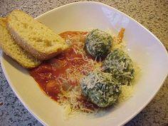 Rezept: Spinat-Klößchen in Tomatensoße 500 gr. Magerquark 2 Knoblauchzehen 3 Stile frischer oder etwas getrockneter Thymian 3 Zwiebel 2 TL Öl 250 gr TK-Blattspinat Salz, Pfeffer, Muskat 2 Eigelb 2 EL Paniermehl 1 EL Speisestärke 1 Dose stückige Tomaten 850ml 20 gr Parmesan