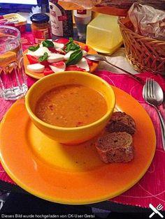 Rote Linsen-Kokos Suppe  1 Dose Tomate(n) (Pizzatomaten) 1 Dose Kokosmilch 1  Zwiebel(n) 175 g Linsen, rote 3 TL Chilipulver 2 TL Kurkuma 600 ml Gemüsebrühe   Öl (Sonnenblumenöl)   Salz