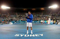 Bernard Tomic cu trofeul de la Sydney
