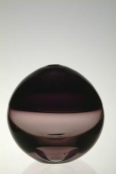 Timo Sarpaneva, Steam blown vase, two different colour halves. Glass Design, Design Art, Art Of Glass, Glass Paperweights, Art Object, Sculpture Art, Stained Glass, Art Decor, Decorative Bowls