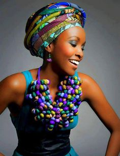 I love this necklace. It includes all my obsessions in one piece: chunky jewellery and kitenge!