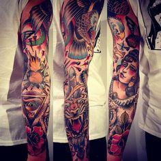 tatouage bras homme à motifs-old-school-typiques