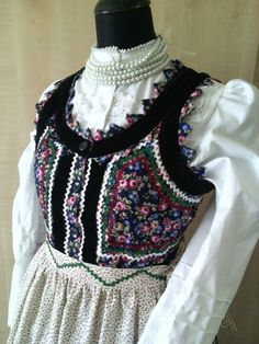 Mezőségi népviselet Traditional Fashion, Traditional Outfits, Mori Girl Fashion, Vintage Jewelry Crafts, Hungarian Embroidery, Ethnic Outfits, Folk Dance, Folk Costume, Beautiful Dresses
