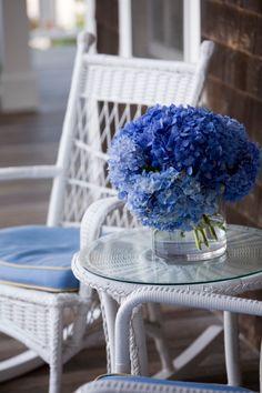 Korbware und Blau Hortensie auf der Veranda