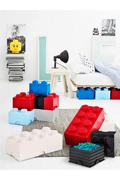 Indret med LEGO og opbevar alt dit LEGO eller andre ting i disse praktiske opbevaringskasser! <br>De forstørrede LEGO klodser til opbevaring i alle de klassiske legofarver er perfekte til børneværelset, men flotte og praktiske i alle rum. Alle klodser og hoveder er kompatible og kan bygges sammen, ligesom de originale små LEGO klodser. Fremstillet af plast.<br><br>Mål: 25 x 25 x 18 cm <br><br>