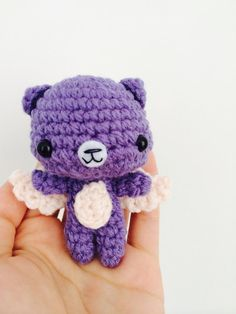 He encontrado este interesante anuncio de Etsy en https://www.etsy.com/es/listing/200537925/crochet-angel-bear-amigurumi-keychain