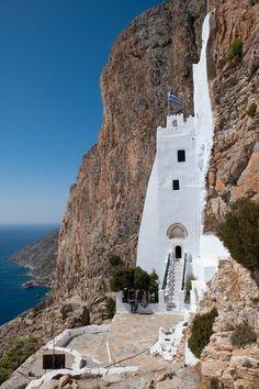 Amorgos, Grèce - Le monastère de Chozoviotissa, niché sur la paroi à 300 m au dessus de la mer