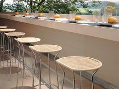 Bancos con asientos hechos a mano de Horm.it, una de las marcas italianas que puedes encontrar en Corso Moliere.   www.corsomoliere.com.mx