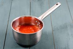 A la vida, como a la cocina, hay que darle un toque de sabor... ¡y de color! Sorprende a los tuyos con esta salsa... 😋  Tritura unos pimientos rojos con aceite de oliva y un poco de sal: así obtendrás una salsa de color rojo intenso que resaltará en todos tus platos. 😍