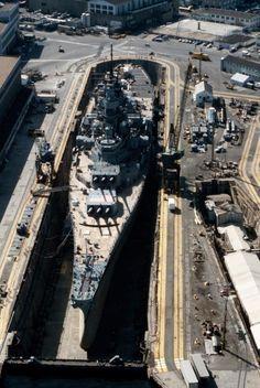 Una vista aérea de acorazado USS Iowa (BB-61) en Dique seco el No 4 en Norfolk Astillero Naval, el 1 de mayo de 1985.