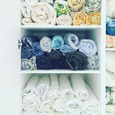 Bara älskar bilden av ihoprullade lakan! Vackert och dessutom så funktionellt då det är lätt att ta ut även de som ligger nederst. Och rullar du in örngottet så har du även det samlat i en rulle! / Roll your sheets! It's both beautiful and so practical and don't forget to also roll in pillowcase so you have the whole set together #lakan #örngott #förvarasmart #forvarasmart #organisera #ordningochreda #organize #organise #pillowcase #sheets #bedroom #sovrum #förvaringsdrottningen #tips #skåp