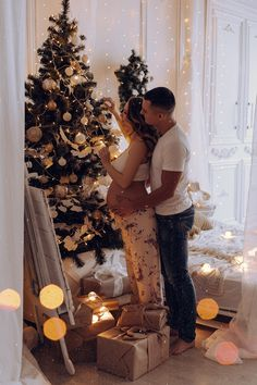 Baby Bump Pictures, Baby Announcement Pictures, Maternity Pictures, Baby Photos, Couple Pregnancy Photoshoot, Pregnancy Goals, Christmas Pregnancy Photos, Photo Poses For Couples, Christmas Couple