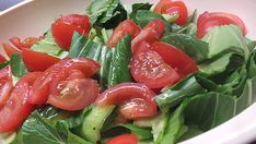 Pak Choi Salad with Tomatoes, Spring Onions and Pepperoni from Smoothie Cleanse, Smoothie Recipes, Salad Recipes, Pak Choi Salat, Yummy Snacks, Yummy Food, Delicious Recipes, Deep Dish, Weight Loss Diet Plan
