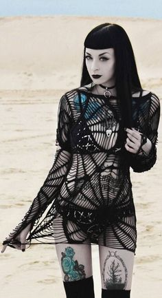 Top Gothic Fashion Tips To Keep You In Style. As trends change, and you age, be willing to alter your style so that you can always look your best. Consistently using good gothic fashion sense can help Cosplay Steampunk, Gothic Steampunk, Goth Beauty, Dark Beauty, Dark Fashion, Gothic Fashion, Fashion Tips, Style Fashion, Fashion Ideas