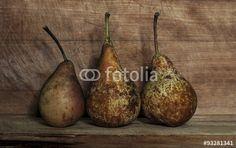 Pere su base in legno #alimento #bulbo #cibo #frutta #frutto #natura #pere #prodotti #succo #terra