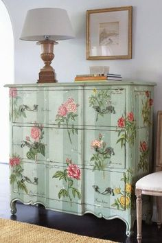 So beautiful! Decoupage furniture: 14 simple tips Pin So Gorgeous! How to Decoupage Furniture: 14 Hand Painted Furniture, Paint Furniture, Repurposed Furniture, Shabby Chic Furniture, Furniture Projects, Furniture Making, Furniture Makeover, Cool Furniture, Painted Chairs