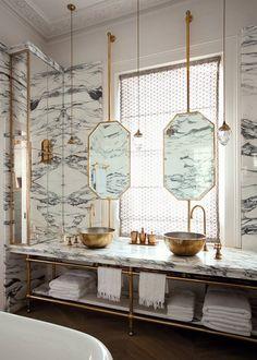 Нестандартная ванная комната сделана с хорошим вкусом, но мраморная окраска должна быть изменена для дизайна отеля.