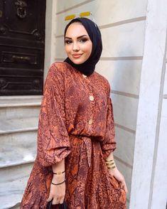 Hello🐻 Dubai Fashion, Muslim Fashion, Runway Fashion, Fashion Fashion, Fashion Trends, Hijab Fashion Summer, Modest Fashion, Fashion Outfits, Blouse Designs High Neck