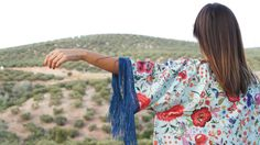 Kimono con estampado de mantón y flecos de seda en azulón