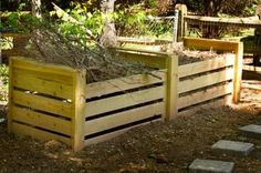 """DIY compost bin - I made my last compost bin from old pallets that I """"rescued"""" from the dumpster at work. Outdoor Projects, Garden Projects, Outdoor Ideas, Outdoor Spaces, How To Make Compost, Prairie Garden, Free Plants, Organic Gardening, Gardening Tips"""