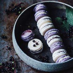 These macaroons look devine must be afternoon snack time.  Image via: @_foodstories_  #winkelen #winkelenmagazine #macaroons #snack by winkelenmagazine