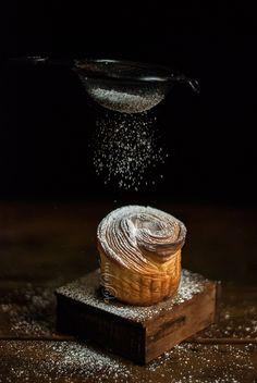 F O R M U L A (For 8 cruffins) 180 g bread flour 45 g all purpose flour 110 g water 68 g sourdough starter 32 g sugar 10 g butter, softened 8 g whole mi Sourdough Recipes, Sourdough Bread, Bread Recipes, Cupcake Original, Cruffin Recipe, Dark Food Photography, Custard Filling, Chocolate Orange, Artisan Bread