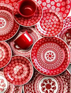 Red and white dishes. A bright twist on the classic blue and white. Mix the red and blue together for a great patriotic look! Red And Pink, Red And White, White Style, My Favorite Color, My Favorite Things, Esther Boutique, I See Red, Simply Red, White Dishes