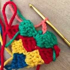 はいはい、それではダイアゴナルステッチの編み方です。ダイアゴナルステッチと言ってますけど、正式名称がこれであっているのかは謎です。ダイアゴナルステッチ、斜め編みですけど横からも編めるのですが今回は斜めで編んでいきます。まずは立ち上がりを含めて6目鎖編みします。次に長編みを3目編みます。最後の長編みは引き抜く時に次の糸に変えてください。そうでないと次の段の時、立ち上がりのひと目が色が違ってしまいます。立ち上がり鎖編み3目編みます。さらに鎖編み3目編み計6目鎖編みして編み地をひっくり返します。最初の3目鎖編みに長編みを編みます。1段目の鎖編みと長編みに引き抜きます。次に鎖編み3目編みます。前段の立ち上がりに長編みを3目編みます。最後の長編みの引き抜きの時に次の糸に変えて、鎖編み6目編みます。ひっくり返して長編みを3...ダイアゴナルステッチの編み方。