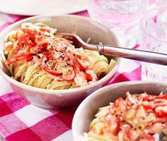 En pasta som kan bli en storfavorit till vardags – enkel, snabb och med härliga smaker. Pastan blandas ihop med en gräddig sås med knaprig bacon, krispig lök och paprika i, samt kryddad med oregano. Smaklig måltid!