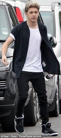 Niall on set for new scenes of the 'Midnight Memories' music video shoot in London!! :) Lovvvee his shoes.