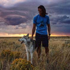 Con una vida al aire libre y llena de aventuras, Loki se hizo muy famoso en Instagram. Conoce la historia de este adorable perro lobo siberiano que no se separa de su dueño. Texto: María Emilia Fernán