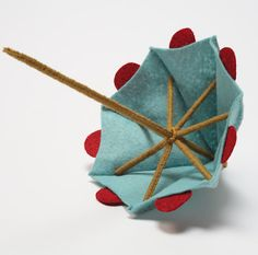 Tutorial for mini drink umbrella using felt & chenille stems Craft Projects, Sewing Projects, Parasol, Felt Diy, Doll Crafts, Felt Ornaments, Doll Accessories, Doll Patterns, Wool Felt