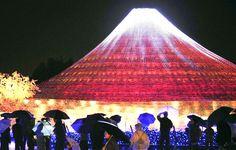 OCTOBRE. Illumination d'un Mont Fuji en LED aux couleurs des quatre saisons au parc Nabana no Sato, à Kuwana, Mie, le 23 octobre 2013.