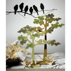 Questi meravigliosi alberi di legno con il dettaglio di due uccellini innamorati posti su uno dei rami, sono perfetti per essere utilizzati come centro tavola incorporando alla struttura i più svariati elementi decorativi: venduti in coppia questi due romantici alberi, vi permetteranno di allestire con semplicità ed eleganza il vostro evento. Il prezzo è riferito a 2 unitàLe decorazioni in foto non sono incluse.Misure: 1 pezzo Beige naturale 30 cm H              1 pezzo Lichene grigio 40 cm…