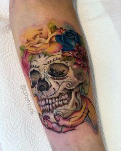 Tatuagem colorida: Joga mais cor que está pouco! - Blog Tattoo2me Painted Rocks, Sugar Skulls, Rock Painting, Tattoos, Blog, Ideas, First Tattoo, Color Tattoo, Colourful Art