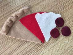 Felt slice of pizza, have it your way and add additional toppings! Ideal for Montessori, daycare or preschools! Felt Diy, Felt Crafts, Fabric Crafts, Felt Food Patterns, Quiet Book Patterns, Baby Quiet Book, Felt Quiet Books, Felt Pizza, Felt Fruit