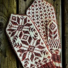 Rustic Heather Sport is perfect for colourwork mittens! Knitting and by using one skein of snow and one skein of rose to knit the mittens by Knit Mittens, Knitted Gloves, Knitting For Beginners, Knitting Ideas, Diy Crochet, Free Pattern, Projects To Try, Snow, Diy Crafts