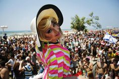 Knallbunt: In allen Regenbogenfarben präsentiert sich heute Tel Aviv: Auf der Gay Pride Parade feiern heute rund 140.000 Menschen für mehr Toleranz gegenüber Homosexualität. Viele wichtige Verkehrsadern sind gesperrt. Dort wo sich sonst die Autos dicht drängen, tanzen Menschen, meist leicht bekleidet oder bunt angezogen. Aus den Lautsprechern wummern tiefe Bässe. Mehr Bilder des Tages auf: http://www.nachrichten.at/nachrichten/bilder_des_tages/cme10133,1077117 (Bild: Reuters)