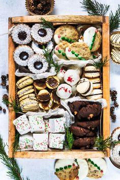 Fudge Gingerbread Linzer Cookies – The Best Christmas Cookies Cookies Box, Linzer Cookies, Fudge Cookies, Cookie Tray, Cookie Gifts, Food Gifts, Cookies Et Biscuits, Cookie Gift Boxes, Christmas Cookie Boxes