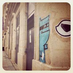 Street art : monstre bleu voleur de culotte. Victime : lady lu (bordeaux)