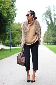 vest: TWIN-SET sweater: TWIN-SET pants: TWIN-SET pumps: TWIN-SET sunnies: Prada bag: Louis Vuitton Früher war ich wie viele der Meinung, dass die Farben braun und schwarz zusammen einfach nicht gut aussehen. Heute denke ich da ganz anders – ich persönlich liebe Farb Kombinationen die für andere unmöglich sind. Und gerade jetzt im Herbst gibt es …