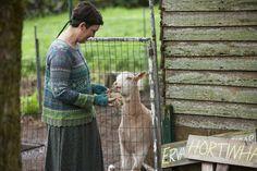 Herbstmode 2013 - Feminine Jacke aus farbstarkem Baumwolljacquardstrick.  Mit Pointelldetails, feinen Zackenrändern an Saum und Ärmelabschlüssen, Metallköpfen und Verschlussschlaufen.