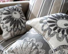 La Colección Clover es una elegante y completa selección de telas que combinan diseños de rayas, dibujos geométricos, bordados y damascos.