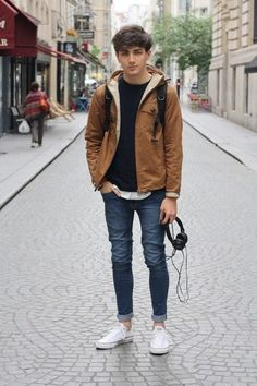 Outfits for skinny guys. It is important for skinny guys to wear clothing that suits their figure. Different styles will work for different people but it is personal preference as to what style is right for you. Hipster Outfits, Mode Outfits, Casual Outfits, Men Casual, Hipster Guys, Hipster Boots, Laid Back Outfits, Hipster Clothing, Casual Menswear