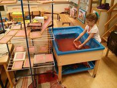 Papier scheppen.... Watertafel met papier pulp en water. (staafmixer maakt het lekker glad) Fotolijstjes zonder raam met een stuk gaas of in mijn geval 'anti-slip-mat' van de Action erin gelijmd. Een droogrek ernaast, klaar is klara (Ps; het papier is roze omdat we er een paar rode Ikea servetten bij gesnipperd hebben)