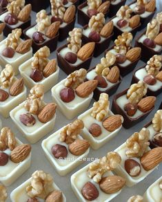 Homemade Chocolate Bars, Chocolate Candy Recipes, Chocolate Bomb, Fun Baking Recipes, Cake Recipes, Dessert Recipes, Kreative Desserts, Chocolate Packaging, Cute Desserts